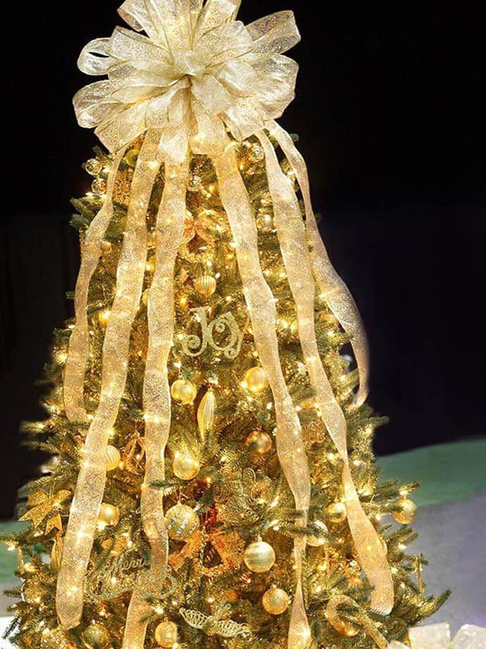 украшенная елка золотыми шарами