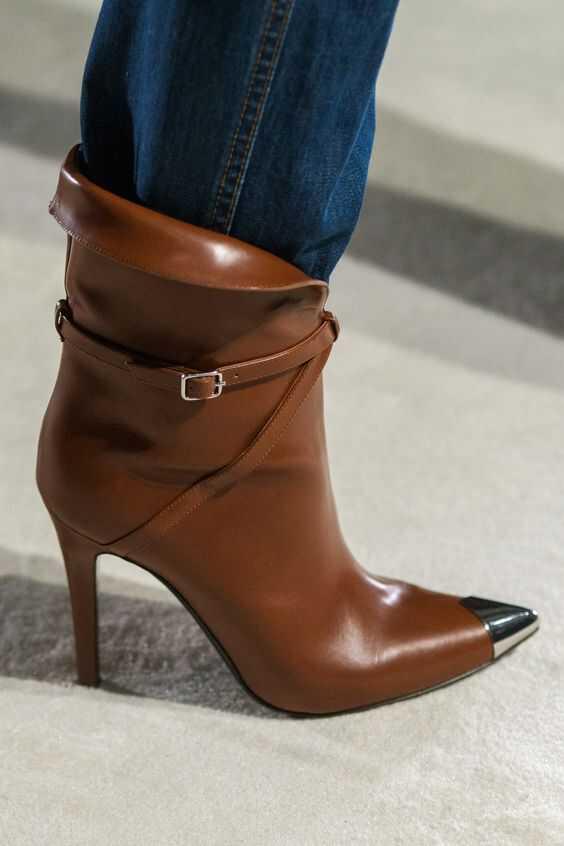 коричневые сапожки на высоком каблуке