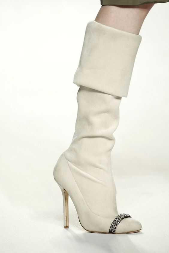 белые сапоги на каблуке