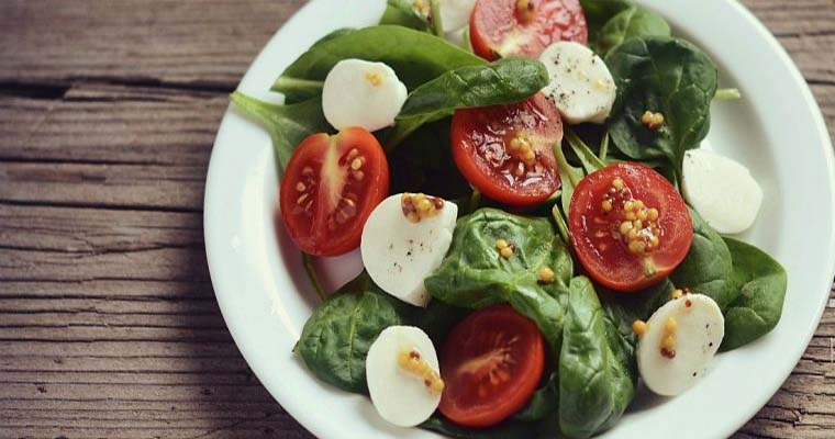 Салат со шпинатом и жареной моцареллой