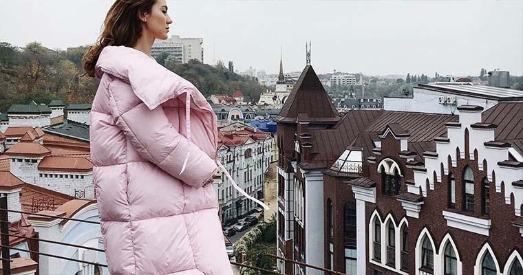 женщина в модном пуховике сезона осень-зима 2018-2019